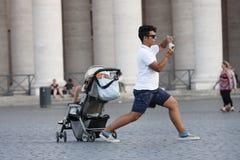 De mens valt het nemen van beeld in de Stad van Vatikaan uit Stock Fotografie