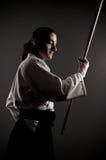 De mens van Aikido met een stok Stock Fotografie