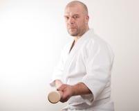 De mens van Aikido met een stok Stock Afbeeldingen