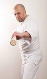 De mens van Aikido met een stok Royalty-vrije Stock Afbeeldingen