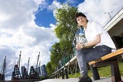 De mens van Azië ontspant in het park Stock Foto