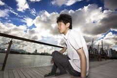 De mens van Azië ontspant in het park Royalty-vrije Stock Afbeeldingen