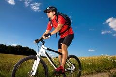 De mens van Biking Stock Afbeeldingen