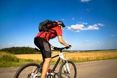De mens van Biking Stock Foto's