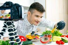 De mens van de chef-kokkok bij keuken stock afbeelding
