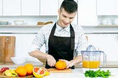 De mens van de chef-kokkok bij keuken stock foto's
