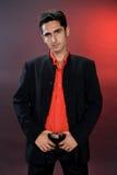 De mens van de aantrekkingskracht in zwart kostuum. Stock Foto