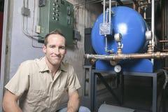 De Mens van de Airconditionerreparatie op het werk stock afbeelding