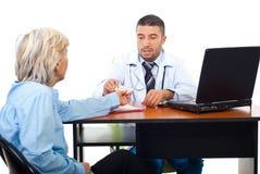 De mens van de arts geeft geneesmiddelen aan hogere patiënt Royalty-vrije Stock Afbeelding
