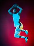 De mens van de basketbalspeler Stock Foto's