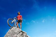 De mens van de bergfiets Stock Foto's