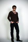 De mens van de blonde in moderne sweater Royalty-vrije Stock Afbeelding