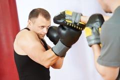 De mens van de bokser bij het in dozen doen opleiding met stempelmitts Stock Fotografie