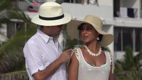 De Mens van de echtpaarvakantie het Spreken stock video