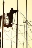 De mens van de elektricien op het werk Stock Foto