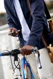 De mens van de fietstelefoon Stock Foto's
