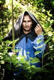 De mens van de geheimzinnigheid met middeleeuws zwaard royalty-vrije stock afbeeldingen