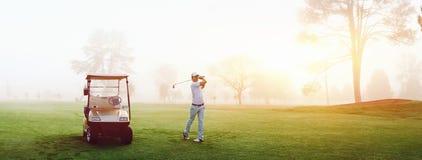 De mens van de golfcursus Royalty-vrije Stock Foto's