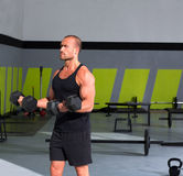 De mens van de gymnastiek met domoren oefent crossfit uit Stock Foto