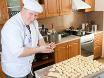 De mens van de kok in keuken Royalty-vrije Stock Fotografie