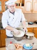 De mens van de kok in keuken Stock Fotografie