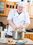 De mens van de kok in keuken Royalty-vrije Stock Afbeeldingen