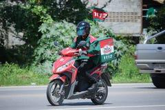 De mens van de leveringsdienst berijdt een Motercycle Royalty-vrije Stock Afbeelding