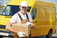 De mens van de leveringsdienst met pakketdoos royalty-vrije stock afbeeldingen