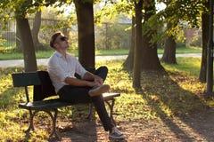 De mens van de manier in het park Stock Afbeelding