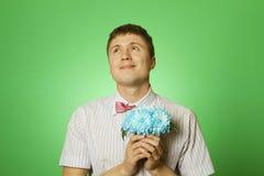 De mens van de minnaar nerd met een boeket van bloemen Stock Afbeeldingen