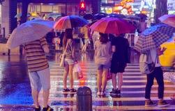 De mens van de regenparaplu stock fotografie