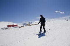 De mens van de ski op een berg tijdens vakantie Stock Foto