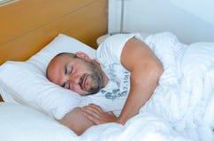 De mens van de slaap Stock Foto's