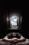 De mens van de slaap stock foto