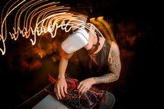 De mens van DJ in glazen van virtuele werkelijkheid stock foto