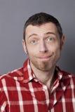 De mens van Dumbstruckjaren '40 zelf verrast glimlachen stock fotografie