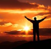 De mens van het geluk op zonsondergang Stock Foto's