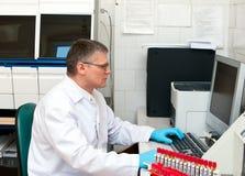 De mens van het laboratorium bij computer Royalty-vrije Stock Afbeelding