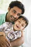 De mens van het Middenoosten met zijn zoon stock foto
