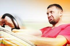 De mens van het portret van een bestuurdersvlieg bij de snelheid stock afbeelding
