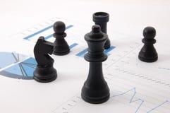 De mens van het schaak over bedrijfsgrafiek Royalty-vrije Stock Afbeeldingen