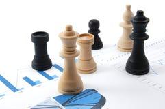 De mens van het schaak over bedrijfsgrafiek Stock Fotografie