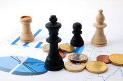 De mens van het schaak over bedrijfsgrafiek Royalty-vrije Stock Foto