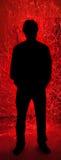 De Mens van het silhouet achter Rode Brand vonkt Vuurhaard royalty-vrije stock afbeelding