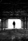 De mens van het silhouet in geruïneerde plaats Stock Afbeeldingen