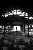 De mens van het silhouet in geruïneerde plaats Royalty-vrije Stock Foto