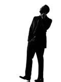 De mens van het silhouet op de telefoon stock afbeelding