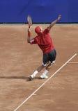 De mens van het tennis het dienen Stock Afbeelding