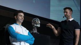 De mens van de Humanoidrobot op stadium Innovatieve ontwikkeling in robotica en kunstmatige intelligentie Android-Presentatie stock video