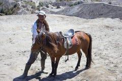 De mens van Indonesië met het paard stock fotografie